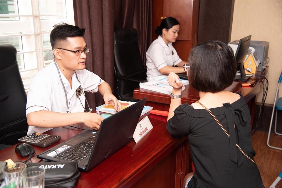 Bác sĩ Trần Hải Long đang khám và tư vấn cho bệnh nhân