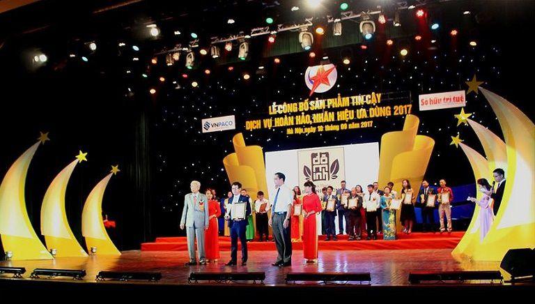 """Lương y Đỗ Minh Tuấn giúp nhà thuốc đạt cúp Vàng giải thưởng """"Sản phẩm tin cậy - Nhãn hiệu ưa dùng - Dịch vụ hoàn hảo"""""""