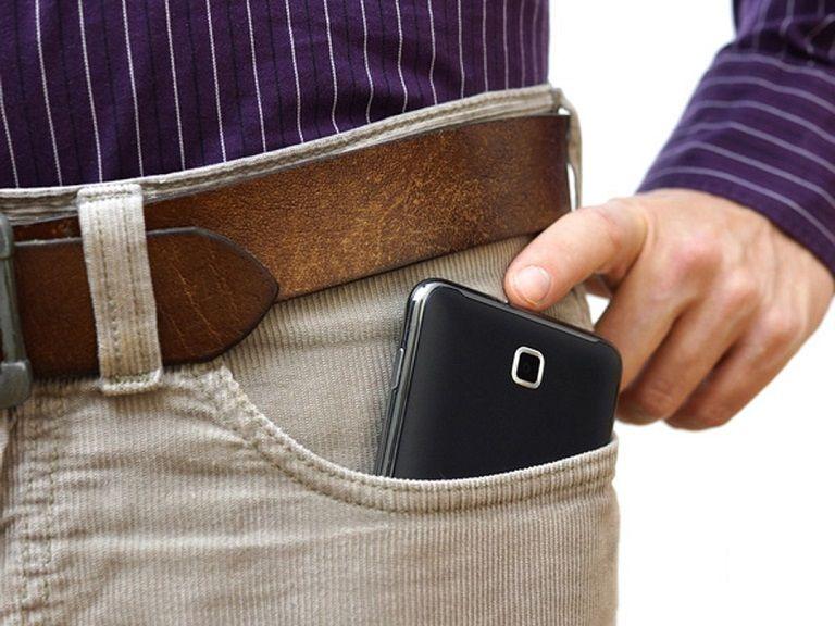 Để điện thoại trong túi quần gây hại tới tinh trùng