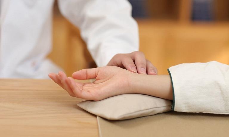 Thầy thuốc sẽ sử dụng các phương pháp chẩn đoán trong Đông y để xác định tình trạng bệnh