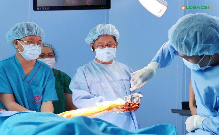 Phẫu thuật là phương pháp chữa thoái hóa khớp hiện đại nhất hiện nay, nhưng tiềm ẩn nhiều rủi ro và biến chứng