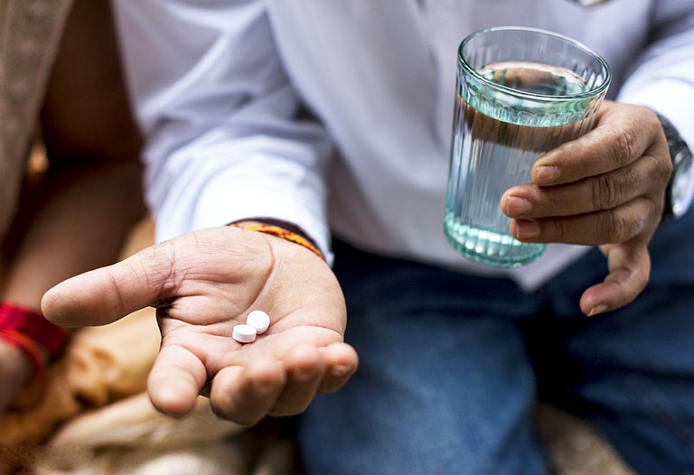 Uống thuốc giúp kiểm soát các triệu chứng bệnh đau, viêm do thoái hóa nhanh chóng