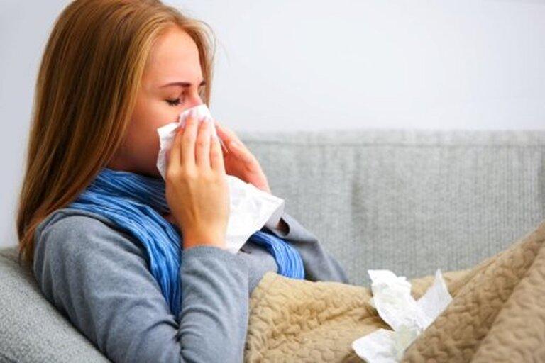 Viêm mũi xuất tiết khiến dịch mũi chảy nhiều, gây tắc đường thở của người bệnh