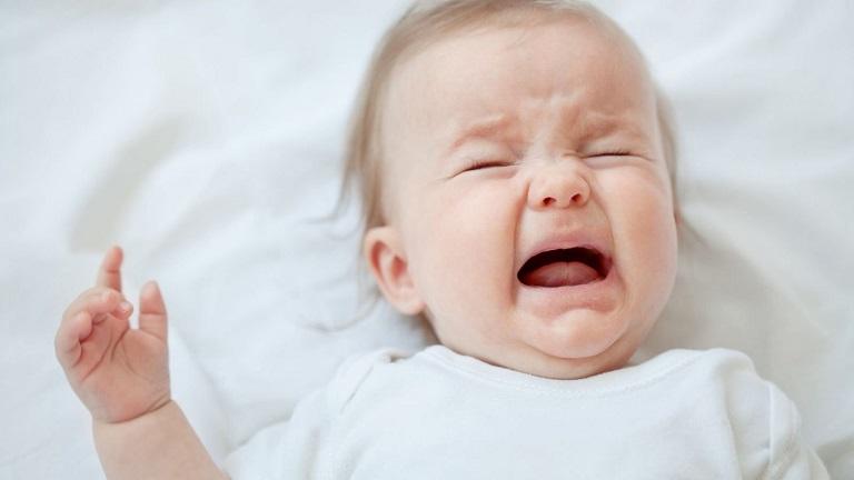 Sốt viêm họng khiến trẻ quấy khóc, mệt mỏi, chán ăn
