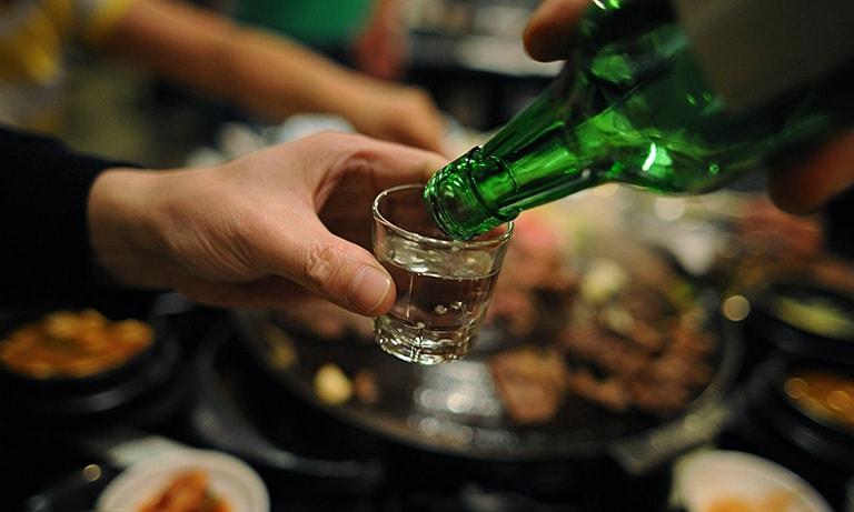 Tránh xa rượu bia nếu không muốn tình trạng hư hỏng sụn khớp thêm nghiêm trọng