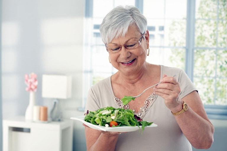 Người bệnh nên cân đối dinh dưỡng hàng ngày để giúp hỗ trợ điều trị bệnh