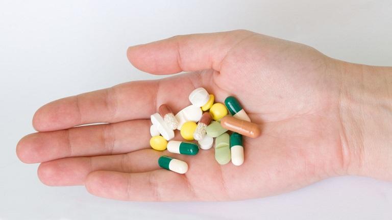 Áp dụng thuốc tây là một trong những phương pháp chữa bệnh viêm họng cấp tính