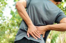 Người bệnh có triệu chứng đau nhức khó chịu tại vùng cột sống tổn thương