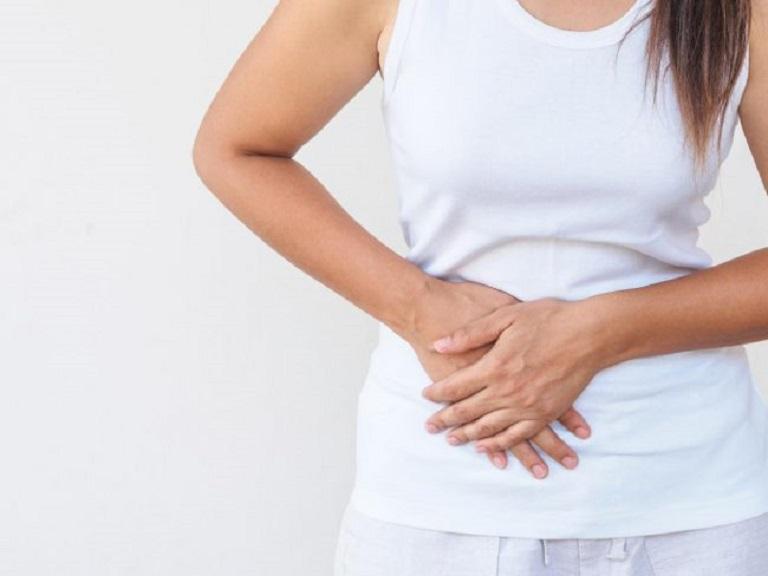 Đau bụng là dấu hiệu đầu tiên của viêm lộ tuyến 1cm