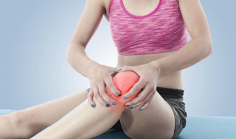 Các cơn đau nhức tại gối khiến người bệnh khó chịu và khó đi lại, di chuyển