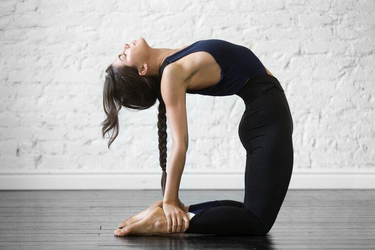 Bài tập yoga chữa bệnh xương khớp với tư thế con lạc đà