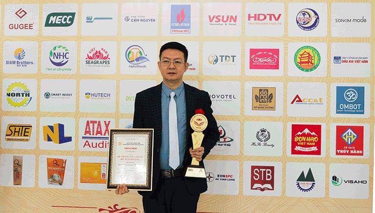 Lương y Đỗ Minh Tuấn - giám đốc nhà thuốc Đỗ Minh Đường thay mặt nhà thuốc nhận giải thưởng danh giá