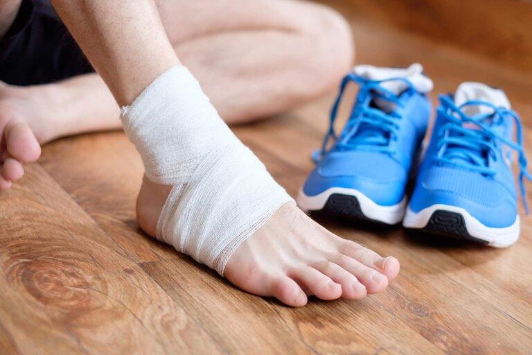 Chọn một đôi giày mềm mại, vừa vặn sẽ giúp hạn chế những cơn đau mu bàn chân