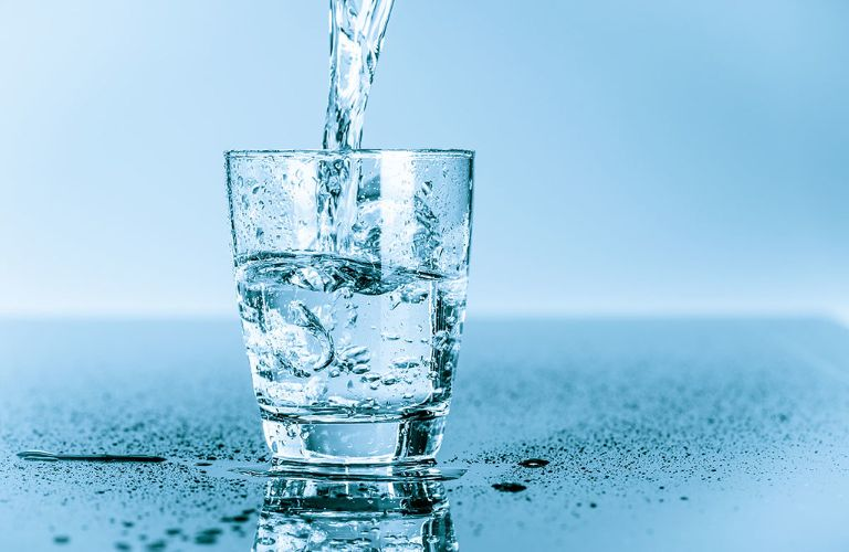Người bị viêm xoang nên uống nhiều nước