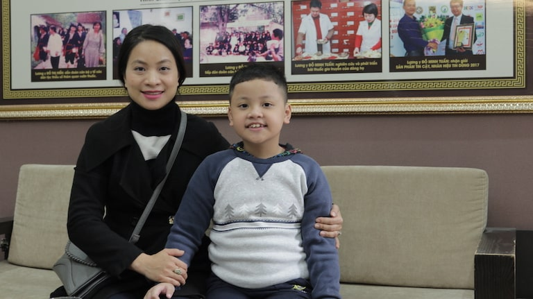 Chị Hiền và bé Bảo Nam - bệnh nhân bị viêm họng của nhà thuốc Đỗ Minh Đường