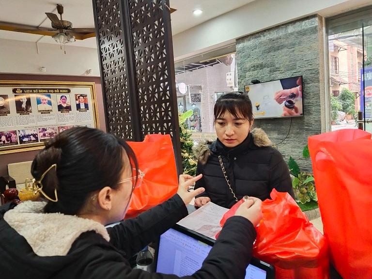 Chị Đỗ Thị Luyến thăm khám và lấy thuốc tại nhà thuốc Đỗ Minh Đường