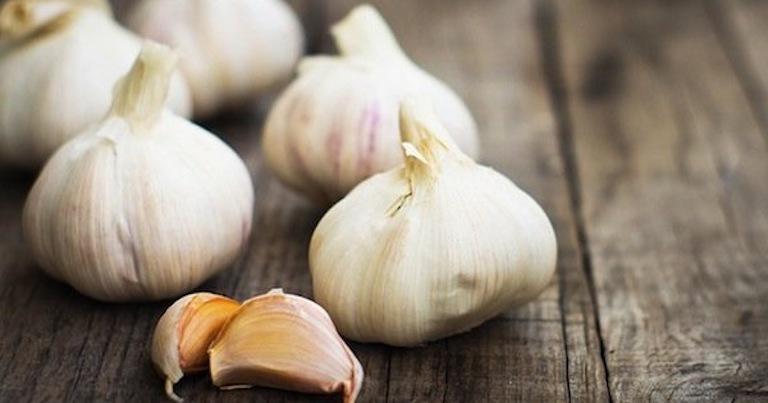 Viêm cổ tử cung nên ăn gì? Bổ sung tỏi vào món ăn mỗi ngày