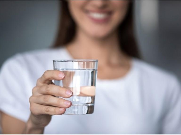 Người bệnh cần lưu ý uống đủ nước khi chữa viêm mũi dị ứng để thanh lọc cơ thể