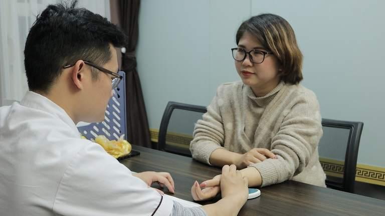 Chị Thanh tái khám cùng Bs Long tại nhà thuốc