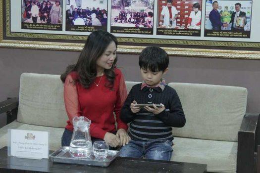 Mẹ con chị Hà và cháu Hiếu chữa viêm họng tại nhà thuốc Đỗ Minh Đường