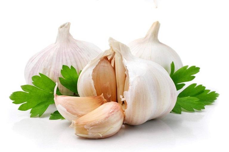 Allicin trong tỏi tươi có tác dụng diệt khuẩn, tiêu viêm và làm sạch cổ họng rất tốt