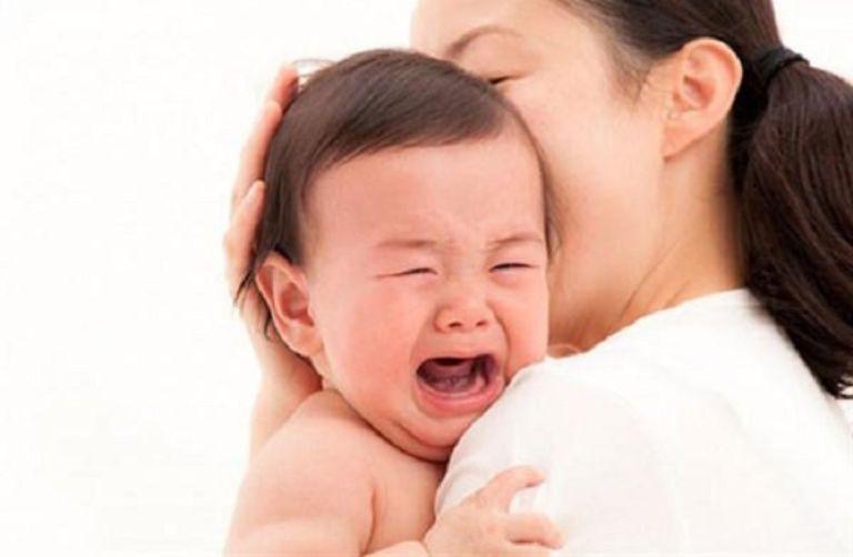 Quấy khóc là triệu chứng thường gặp trong viêm mũi dị ứng ở trẻ sơ sinh