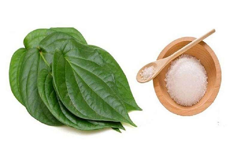 Kết hợp lá trầu không với muối trắng là phương pháp được nhiều chị em tin tưởng lựa chọn