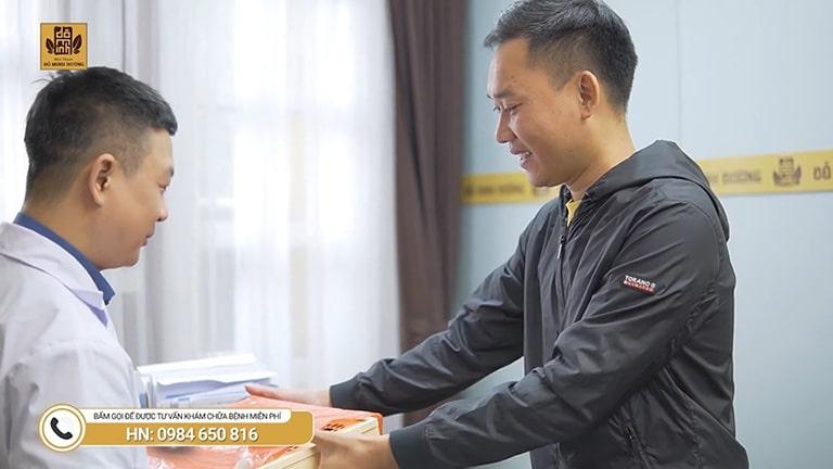 Anh Minh gửi quà cho bác sĩ Tuấn sau khi điều trị yếu sinh lý thành công
