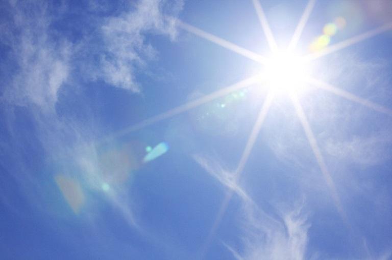 Tia cực tím là một trong những nguyên nhân trẻ bị nổi mẩn đỏ mùa hè