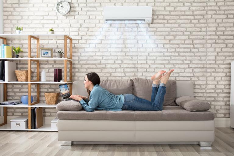 Hạn chế ngồi cả ngày trong phòng điều hòa sẽ giúp giảm nguy cơ bị ho, viêm họng