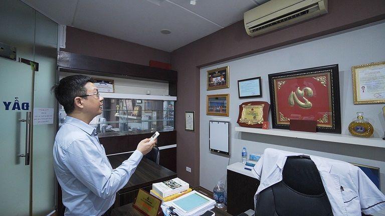 Lương y Tuấn hướng dẫn mọi người tip nhỏ phòng tránh sốc nhiệt khi từ ngoài trời vào phòng làm việc