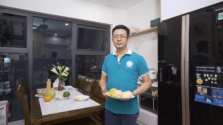 Lương y Tuấn có thói quen bổ sung thêm vitamin từ hoa quả trước khi ăn tối