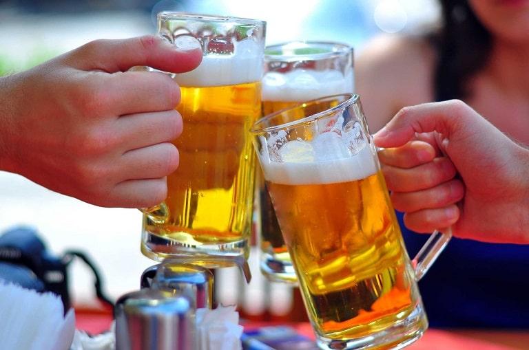 Người bị nổi mề đay cần kiêng bia rượu