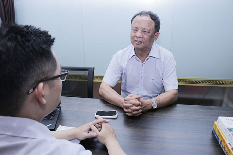 Lương y, bác sĩ tại nhà thuốc tư vấn, thăm khám cho chú Đỗ Văn Nho