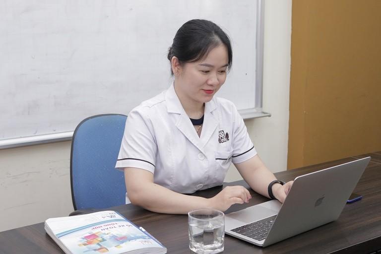 Bác sĩ Hằng tư vấn, thăm khám qua video cho chị An