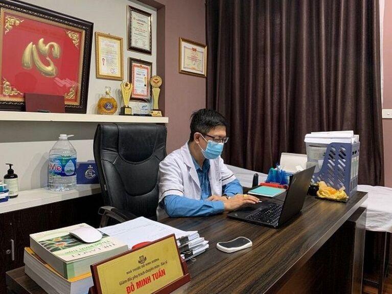 Lương y Tuấn luôn sát sao theo dõi quá trình điều trị của bệnh nhân Thảo Thương