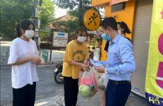 Lương y Tuấn gửi quà đến các bạn sinh viên Trường ĐH sư phạm Hà Nội