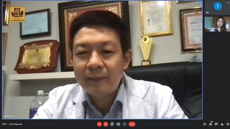 Lương y Đỗ Minh Tuấn tư vấn và thăm khám trực tuyến cho cô gái trẻ