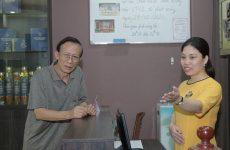 Lễ tân nhà thuốc tiếp đón Ns Văn Báu đến thăm khám